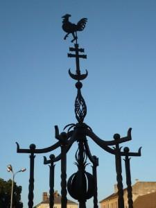 Ali pasa várparancsnok egy réz(vagy vas?)kakast kovácsoltatott és tetetett a Rév (Duna)-kapura. A motívum fennmaradt a Dunakapu tér díszkútján is... (Forrás: Internet)