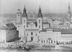 A Belvárosi templom 1865 körül. A bal templotorony mögött a régi pesti városháza tornya látható (Forrás: budapestcity.org)