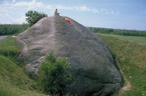 Dánia legnagyobb sziklatömbje, a Dammenstenen. Súlya 1000 tonna, térfogata 370 köbméter (Forrás: internet)
