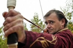 Mónus József hagyományőrző öltözékben lő (Forrás: Hartl Nagy Tamás)