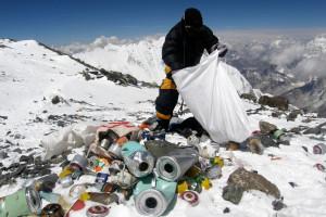 Egy nepáli serpa szemetet gyűjt a 8000 méter fölötti halálzónában (Forrás: AFP/Namgyal Shwerpa - internet)