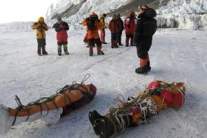 A hegyen elhunyt hegymászókat csak ritkán tudják lehozni a serpák (Forrás: AFP/Namgyal Sherpa - internet)