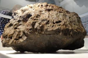A meteorit-anyag fő tömegét (570 kg) csak októberben találták meg a Cserbakul-tóban, a képen ebből látható egy nagyobb darab. A teljes leérkező anyag 600-650 kg lehetett (kép: origo.hu-n keresztül Nature, Science)