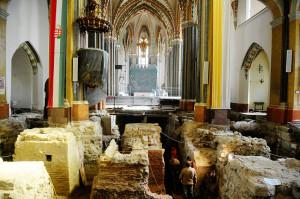 Rálátás a feltárásra a templom főhajójában (Forrás: nol.hu)