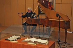 Kocsis Zoltán zongoraművész a Mozart-kézirat bemutatóján (Forrás: nemzetikonyvtar.tumblr.hu)