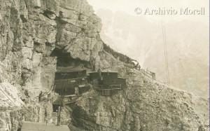 2000 méter felett, a sziklák között rengeteg deszka- és gerendatörmelék található. Valószínűleg az ilyen kalyibák maradékai... (Forrás: internet)