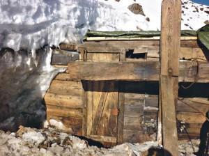 A jégből kiszabadított, fából összetákolt felvonókalyiba bejárata. Száz évig senki nem tudott róla... (Fotó: Franci Nicolis)