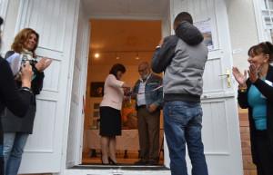 A Szív-Tér Kastélya Kulturális Központ és Galéria szalagátvágása (Kiszelné Mohos Katalin, Nagykovácsi polgármestere és Névai András)