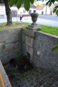A római kút a főút mellett