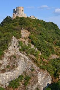 A túloldalon, a vár alatt az Ostromlók útja és a Tálos Zoltán emlékút látszik