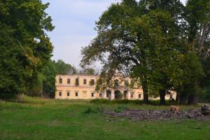 Hatalmas kastélypark fái mögött roskadozik gróf Stainlein Ottó egykori kastélya Felsőszemeréden