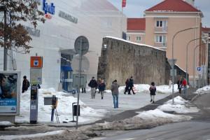 A kisváros plázájánál tartottunk egészségügyi szünetet, amely közvetlenül a középkori városfal több száz méteres szakaszán ütött rést...