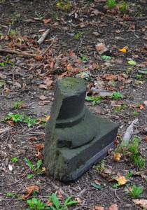 A park északnyugati csücskében talán gloriett állhatott. Maradványai a dombocska körül hevernek...