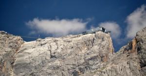 Útközben többször is láthattuk a csúcs mindenütt reklámozott üvegezett aljú kilátóteraszát, a Dachstein Skywalkot és a lengőhidat