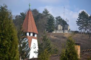 Az emlékmű az Orgona utca elejéről: lentről látható, fentről kilátó...