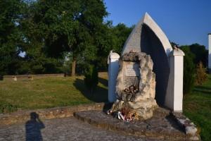 A zentai csata szerény emlékműve - az első emlékmű oszlopdarabjával