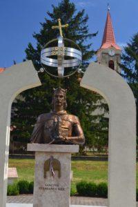 Perbete előző évben kiegészített és felavatott Szent István-emlékműve, a Milleniumi-emlékműben