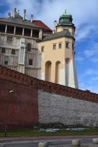 A királyi palota a Wawelben - előtérben a Tyúkláb bástyával