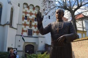 Apor Vilmos püspök szobra a Püspökvár tornya előtt