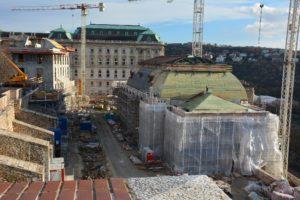 A Romterület sarkától, a mélygarázs liftjétől is jól látszanak az új-régi épületek