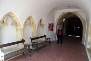 A Püspökvár menekülő folyosójának mindkét oldalán gótikus ülőfülkék sorakoznak