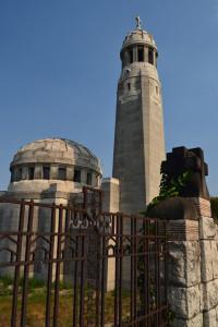 A szecessziós stílusú síremlék már messziről látható