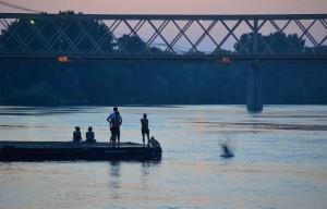 Vízbe ugrálók a Tisza-parton