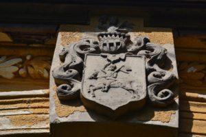 Címer a Kürthy-kúria kapuja felett