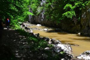 A bejáratot követően nemsokára a víz szinjéről nyúltak magasba a sziklafalak. A sárga vízre nem lett magyarázat...