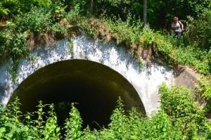 Az agyagos csillék ezen az alagúton át - az 56-os út alatt - jutottak a téglagyár területére