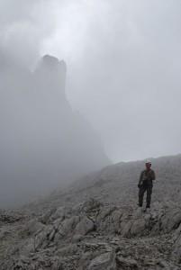 A felettünk meredező Rotwandspitze elé egyre vastagabb felhők gomolyogtak, s ezek komolyan veszélyeztethették kis túránkat