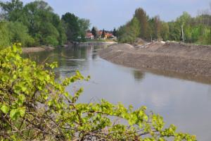A feldúlt Mosoni-Duna partja a volt vízimalom épületétől