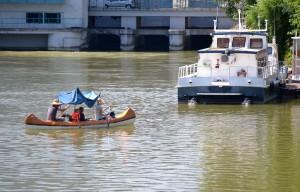 Kanusok a Kvassay-(vízbeeresztő)zsilip, hajózsilip és erőmű előtt