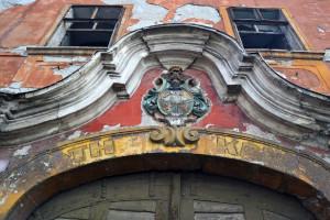Az elegáns épület legfigyelemreméltóbb dísze a kapu díszes-íves párkányzata a Zsidanics-címerrel