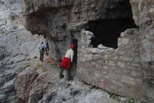Egyik-másik búvóhelyet egyszerűen a dolomitfal természetes bevágódásának elfalazásával alakították ki...
