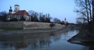 Az Ifjúság hídnál éppen szemben álltunk a Püspökvár hordalékkúpjával, és a Kastély- és Sforza-bástyák megmaradt várfalaival