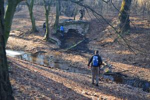 A langyos vizű patak egy régi tárna bejáratához vezetett bennünket