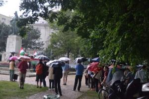 Az eső nem riasztotta el a tiltakozókat...