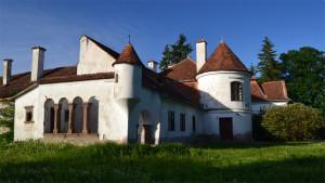 A vargyasi Dániel-kastély a déli oldalról, a kert felől