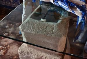 A rovásírásos keresztelőmedence-kő