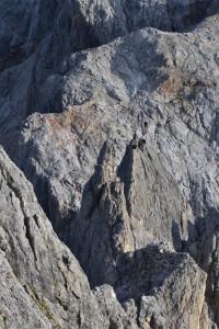 """A """"Dientner Schneid"""" kőtarély, és megmászói a Flying Fox fölötti sziklatoronyról"""