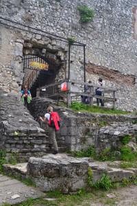 A vár kapuja az idei júniusi Oroszlány teljesítménytúra résztvevőivel (Fotó: Harsáczki György)