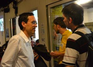 Beszélgetés - programon kívül - Kiss Róbert Richard meghívott vendéggel. Háttérben sárga pólóban Vándorboy - Csonka Gábor