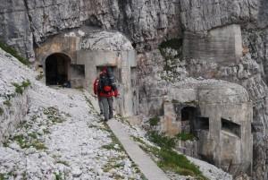 meghökkentő látvány tárult elénk: egy sziklafalba vésett-épített hegyi-bunker