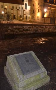 Emléktábla a Vislna-kapunál, a ferences kolostorral a háttérben