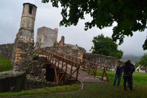 Erős, széles fahídon juthatunk be a külső kaputorony helyén a kettős várfal mögé