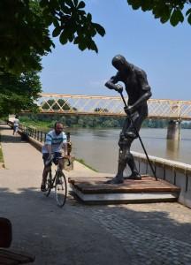 Dudás János Révész szobra a sétányon