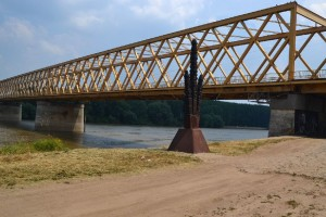 Az új híd - amelynek zentai végénél a kivégzések történtek - és az emlék kopjafa