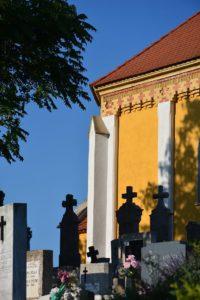 A neogótikus Jankovich-kápolnát érdemes megnézni a temetőben