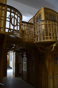 Rápillantva rokonságot érezhetünk a monarchia korabeli üdülőhelyek fából készített villáival...